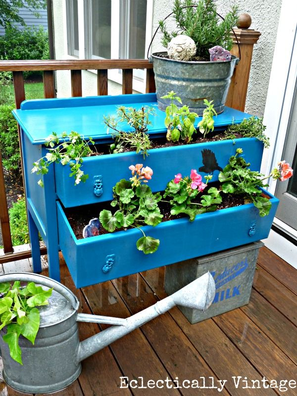dresser turned planter - Eclectically VintageGardens Ideas, Good Ideas, Balconies Gardens, Vintage, Old Dressers, Plants, Gardens Container, Drawers, Outdoor Planters