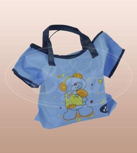 """Pielucha tetrowa biała """"Koszulka"""" EGA Toddlersi. Eko-torba w formie sukienki plisowanej lub koszulki z delikatnym nadrukiem może służyć jako torba na akcesoria niemowlęce oraz być idealnym prezentem dla noworodka."""