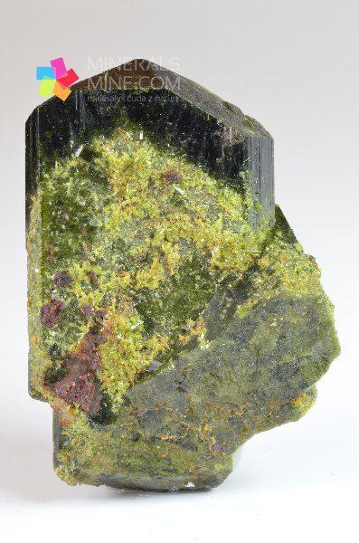 Ładny kryształ epidotu  Pochodzenie: A Cantera nearAsia town, Peru  Wymiary:  4.2 x 3.0 x 1,5 cm  Wymiary kryształu:   Waga: 27 g  Wzór chemiczny: (Ca2(Fe3+,Al)Al2[O/OH/SiO4/Si2O7])  Minerały towarzyszące: -