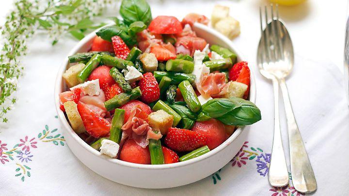 Sommersalat med asparges, skinke, jordbær og melon