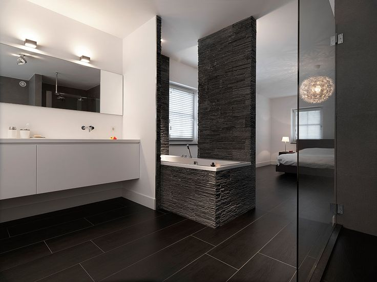 Een luxe tweede badkamer in de slaapkamer? Deze prachtige inloop-badkamer is prachtig gedetailleerd. Een echte Musthave!