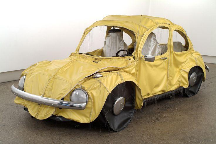 La Beetle ( ou Coccinelle en France ) de Volkswagen est une véritable icone produite à 22 millions d'exemplaires à travers le monde. Comme toutes les icônes elle est abondamment détournée par l'art contemporain. En voici quelques exemples, si vous en connaissez d'autres dites le dans les commentaires je les ajouterais. Margarita Cabrera Margarita Cabrera …