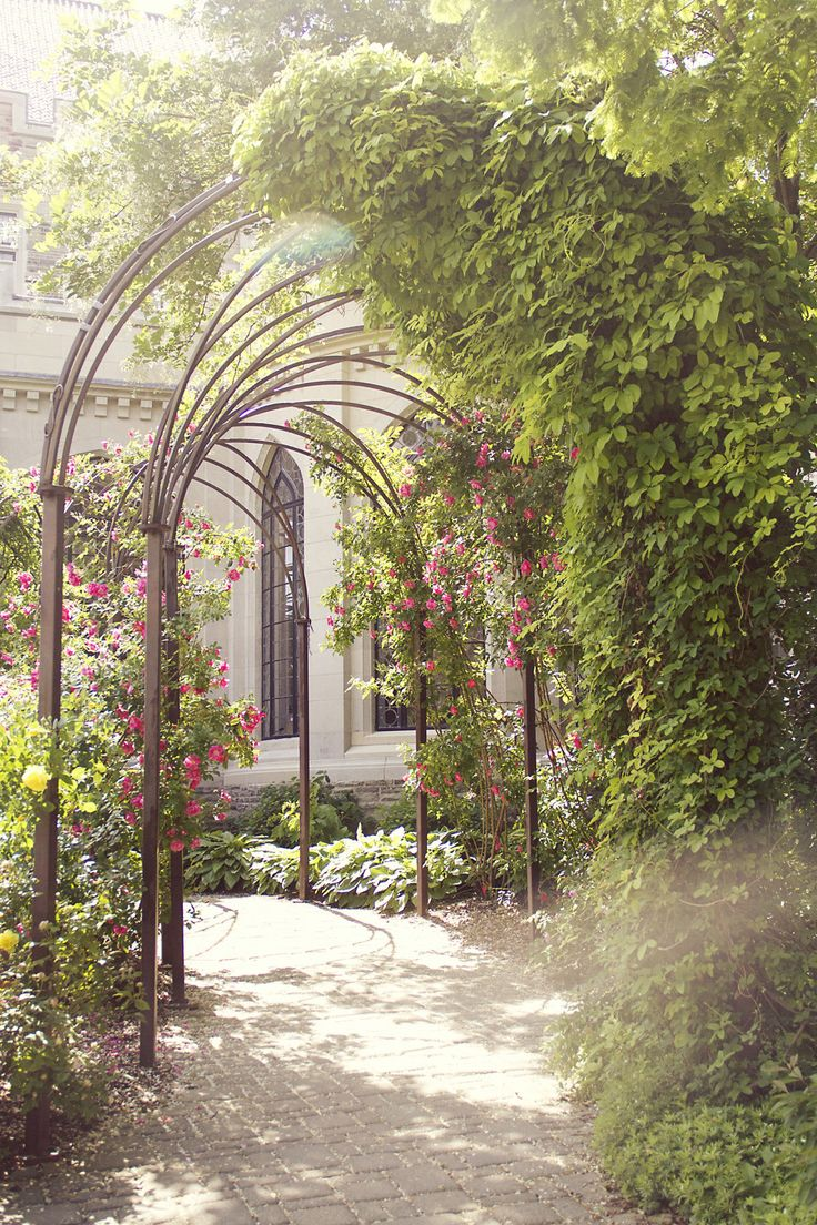 Garden wedding anyone? #CasaLoma #Toronto  Photography: Sarah Kate Photographer - sarahkatephoto.com/  Read More: http://www.stylemepretty.com/canada-weddings/ontario/toronto/2013/12/19/casa-loma-wedding/