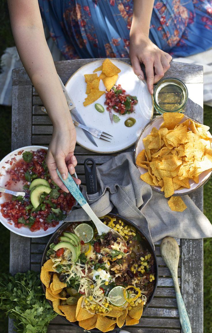 * * * Chciałam, żeby ta kolacja była kolorowa – w której przeplatają się różne barwy kukurydzy, fasoli, papryczek chili, awokado, świeżej kolendry i soczystych pomidorów. Kuchnia meksykańska wydaje mi się najlepszym wyborem.Potrawy są wyraziste, soczyste i pikantne. Jeżeli planujecie zaprosić znajomych i spędzić letni wieczór przy aromatycznym jedzeniu, to dzisiaj dobrze trafiliście! Skład: 50 …