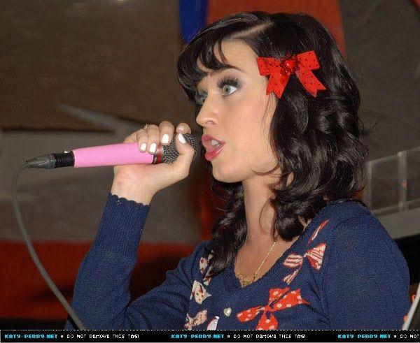 Katy Perry, lacito lateral http://cuchurutu.blogspot.com.es/2014/02/peinada-con-lazo.html