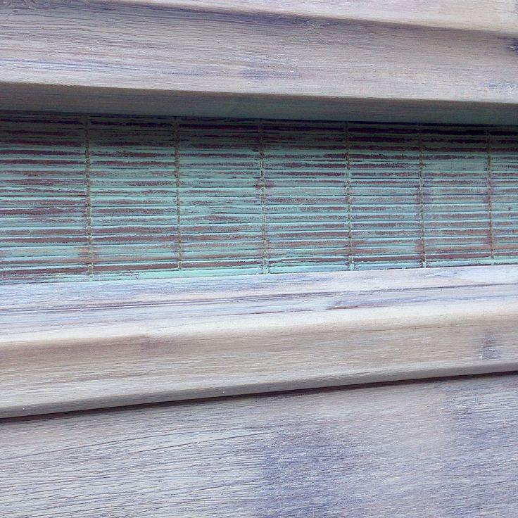 Detalle respaldo patinado en beige rasguñado y turquesa