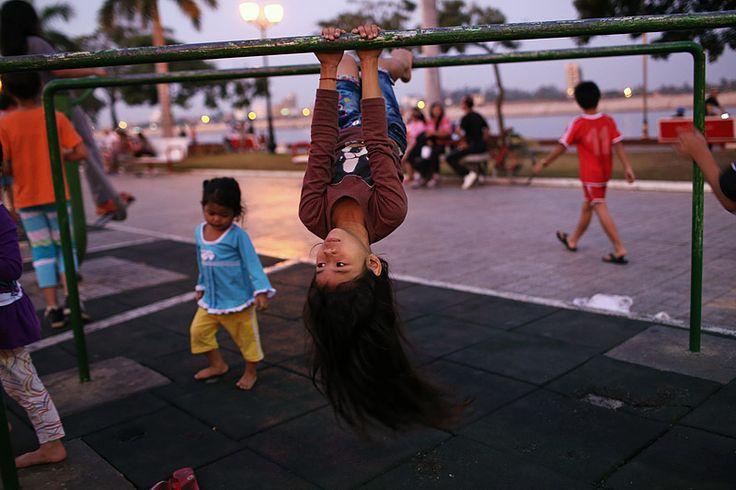 https://flic.kr/p/iUpNiS | Sisowath Quay evening - Phnom Penh, Cambodia | Late evening activities along Sisowath Quay in Phnom Penh, Cambodia. www.maciejdakowicz.com
