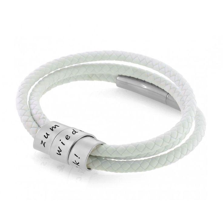 Ein schönes Herren Kautschukarmband in weiß mit einem 925 Sterling Silber Design Anhänger mit Ihrem Wunschtext designed. Das Armband wird mit einem edlen Edelstahl Verschluss geschlossen.Exklusives Herrenarmband mit Gravur, die persönliche Geschenkidee für den anspruchsvollen Mann.