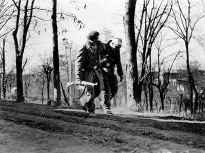 ROBERT CAPA 1913-1954 Guerre d'Espagne, Madrid, Novembre 1936. Tirage ar