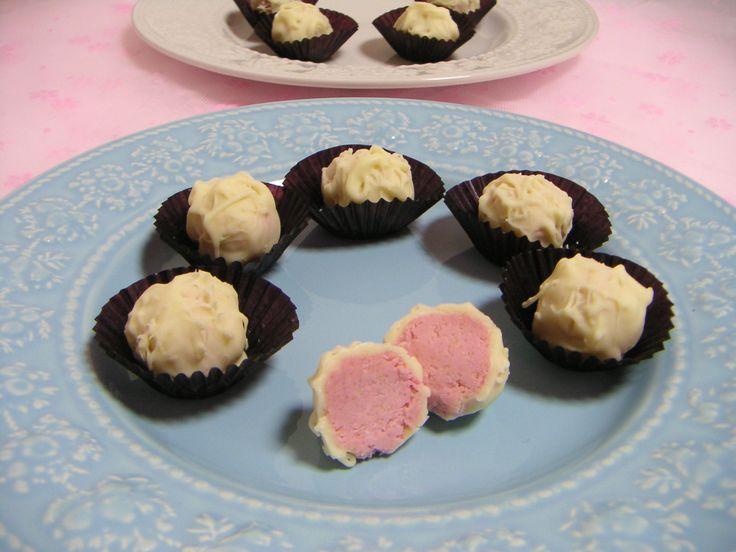 Til 10 trøfler trenger du: - 100g kesam, eller vegansk kremost - 50g proteinpulver (jeg bruker jordbærprotein) - 1/2-1 ts steviadråper med vanilje smak eller annen smak -Hvit sjokolade Bland sammen kesam/kremost med proteinpulver og stevia til en tykk, fast og litt luftig krem. Form denne blandingen til trøfler ved å rulle kuler. Dypp kulene i smeltet hvit sjokolade. Jeg synes det er best å bruke en gaffel til dette.