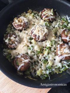 Si quieres hacer una receta sencilla, barata y muy sabrosa, prueba los champiñones Portobello con queso fundido, una delicia fantástica.