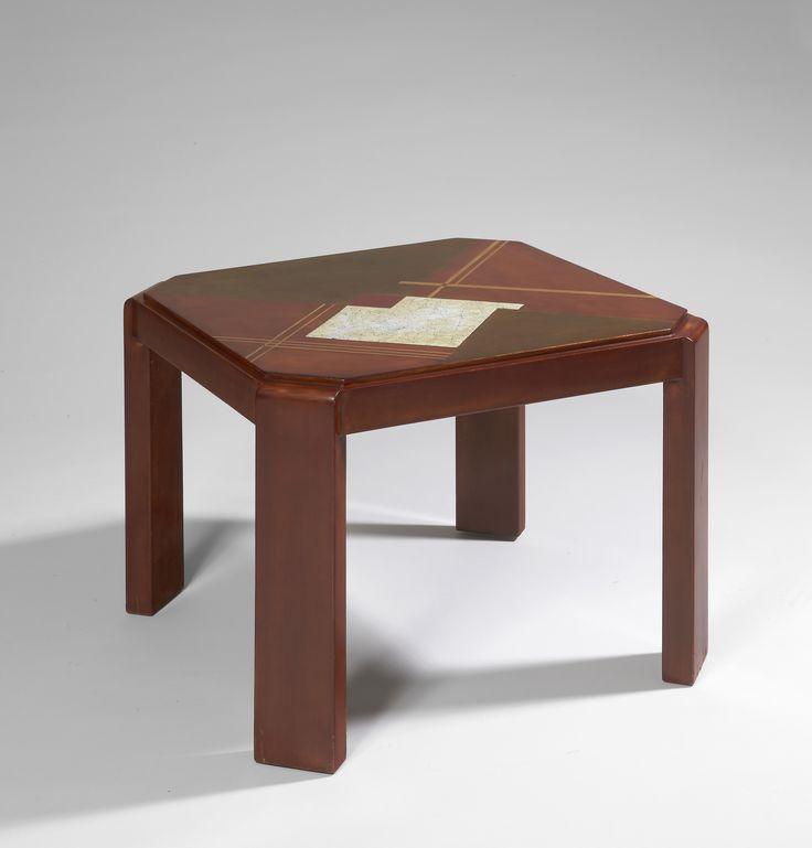 """Gaston SUISSE (1896-1988)Table basse en laque de chine écaille blonde, circa 1930Plateau à décor géométrique en coquille d'oeuf et feuilles d'or patinées, filets à l'or. Pièce unique. Signée.Tray with geometric eggshell and gold leaf patina, nets gold. Unique piece. Signed.H : 50 cm (19,7"""") Plateau 60 x 60 cm ( 23,6""""x 23,6"""")"""