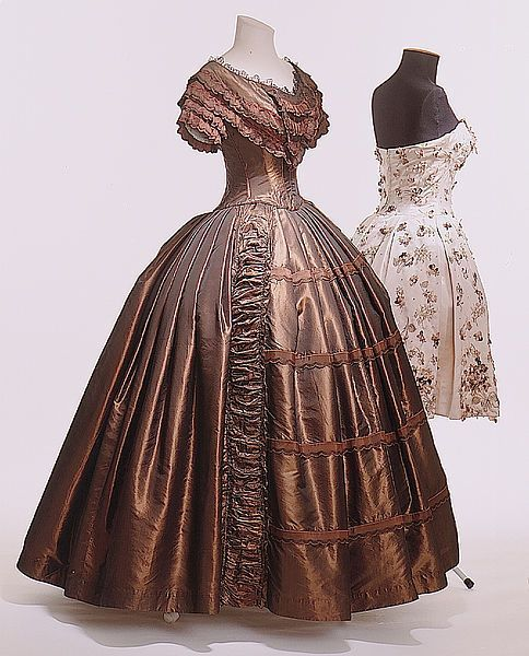 1845-1850 - Ball gown - Dark brown silk taffeta, frills, bugle...