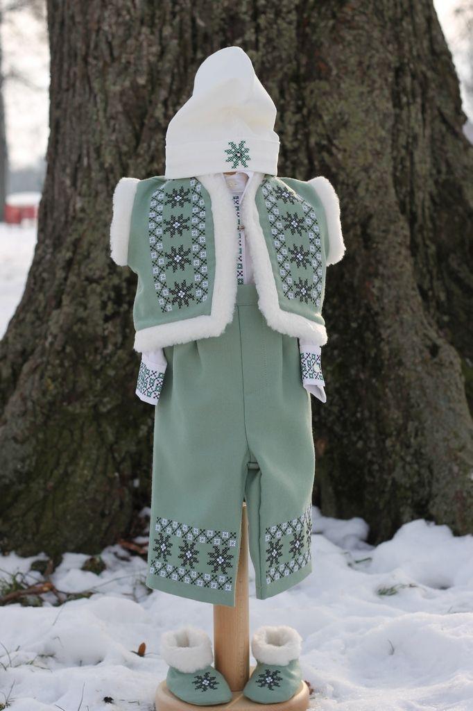 Costumas pentru botez traditional stilizat pe verde