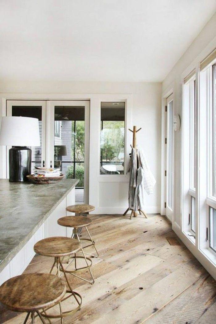 sol en bois clair, idee revetement de sol en parquet chene massif clair, chaises de bar hautes en bois
