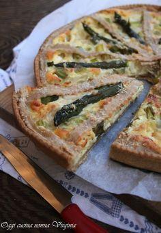 Una torta rustica con ricotta ed asparagi da mangiare a casa o portare in gita. http://blog.giallozafferano.it/cucinanonnavirgi/2015/04/crostata-salata-asparagi-e-ricotta/ Oggi cucina nonna Virginia #picnic #foodporn