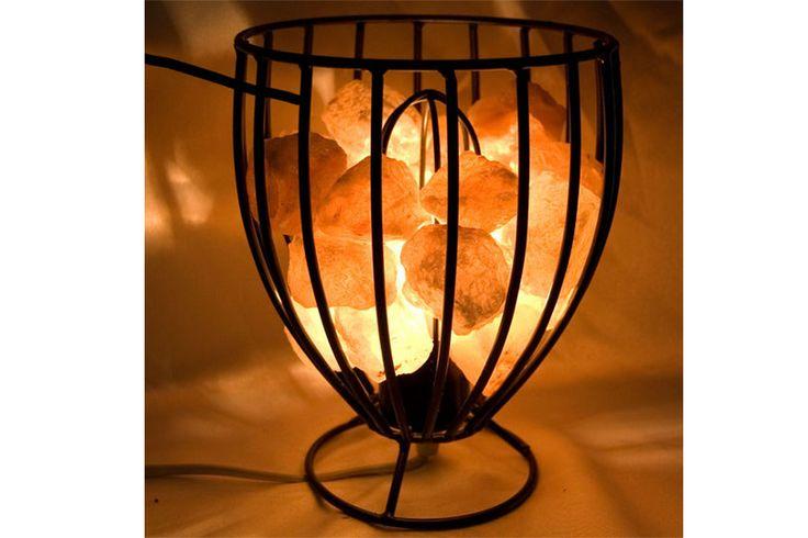 Lámpara de sal del Himalaya en una cesta de hierro, viene con su instalación eléctrica.    Produce iones negativos que favorecen la vitalidad, aminoran los iones positivos dañinos para la salud producidos por la electricidad, aparatos y estructuras metálicas.    Medidas . 20 cm x 15 cm