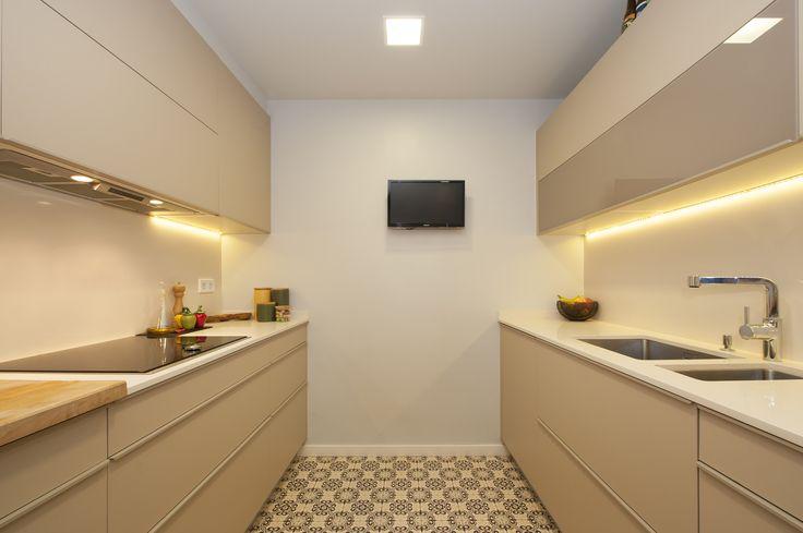 Cocina moderna en paralelo. Pavimento hidráulico. Diseño SINCRO (Barcelona).  #interiorismo #cocinas #reformas #kitchens