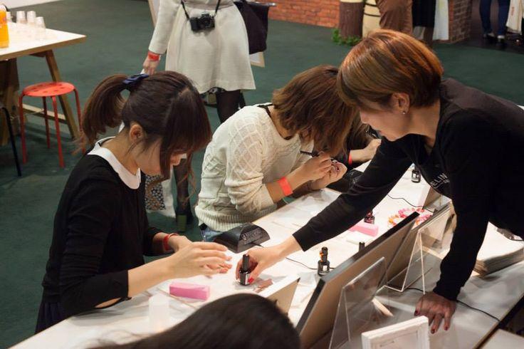 ジャクリーンバーチェルのブース。皆さん真剣に、楽しくジェルネイルアートを塗られていました!(Pinterest JapanのFacebookページより)