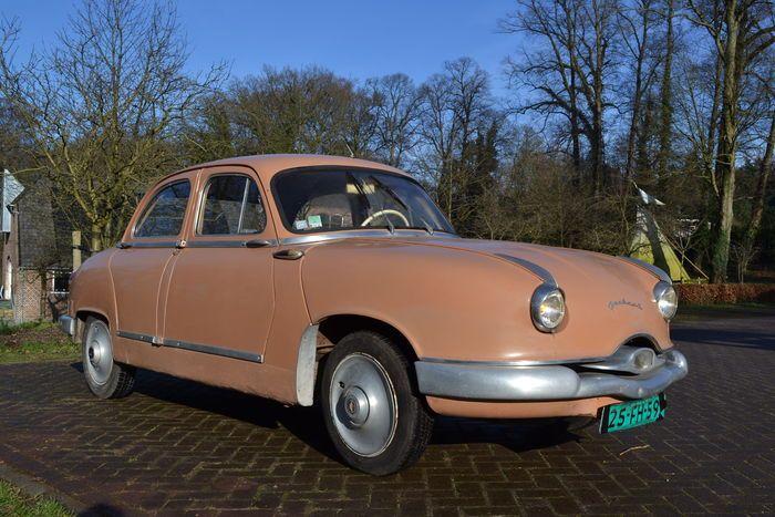 Mooie originele zalmroze Panhard Z16 dyna van bouwjaar 1959. Mooi design uit de jaren '50.  Motor: 860 cc, BGS uitvoering met 50 pk en een handgeschakelde versnellingsbak.  Afgelezen tellerstand: 63.822 km. Dit lijkt te kloppen, kijk maar eens naar de foto van het smeerkaartje op de A-stijl.  12 volt uitgevoerd.  Deze auto heeft zeer lang droog gestald gestaan in Frankrijk.  Van binnen ook nog geheel intact en ziet er compleet uit.  Rijdende auto, alle elektrische onderdelen schijnen te…