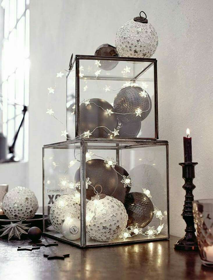modern christmas decor: ornaments in clear boxes + star stringlights | #holidays black / white minimal skandinavian monochrome / monochromatic