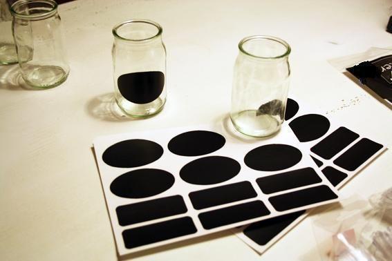 12 selbstklebende Etiketten aus schwarzer Tafelfolie.    Die Etiketten sind zum Beschriften von Gläsern, Vorratsbehältern, Gewürzgläsern, Spielzeug...