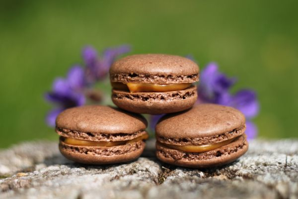 Nydelige små sjokolademakroner med salt karamell. Glutenfritt:) (kjerstisandnes)
