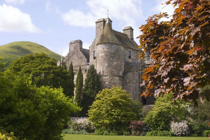 DianaGabaldon, author of the Outlander Series gives her advice on where to go in Scotland and what to see