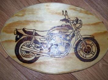 #Pyrography - Wooden plate with motorbike decor. http://www.1-2-do.com/de/projekt/Honda-Boldor-auf-Holz-gebrannt/bastelanleitung/4529/