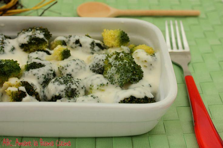 I broccoli al vapore con besciamella sono un delizioso contorno a base di verdura di stagione, accompagnata con besciamella! Si preparano in pochi minuti e