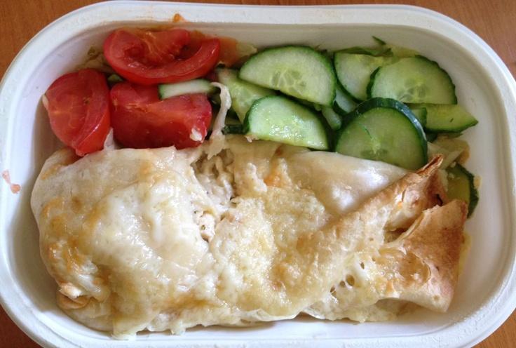pácolt sajtos csirkemell, tortilla tekercsben tejföllel zöldségekkel - Interfood