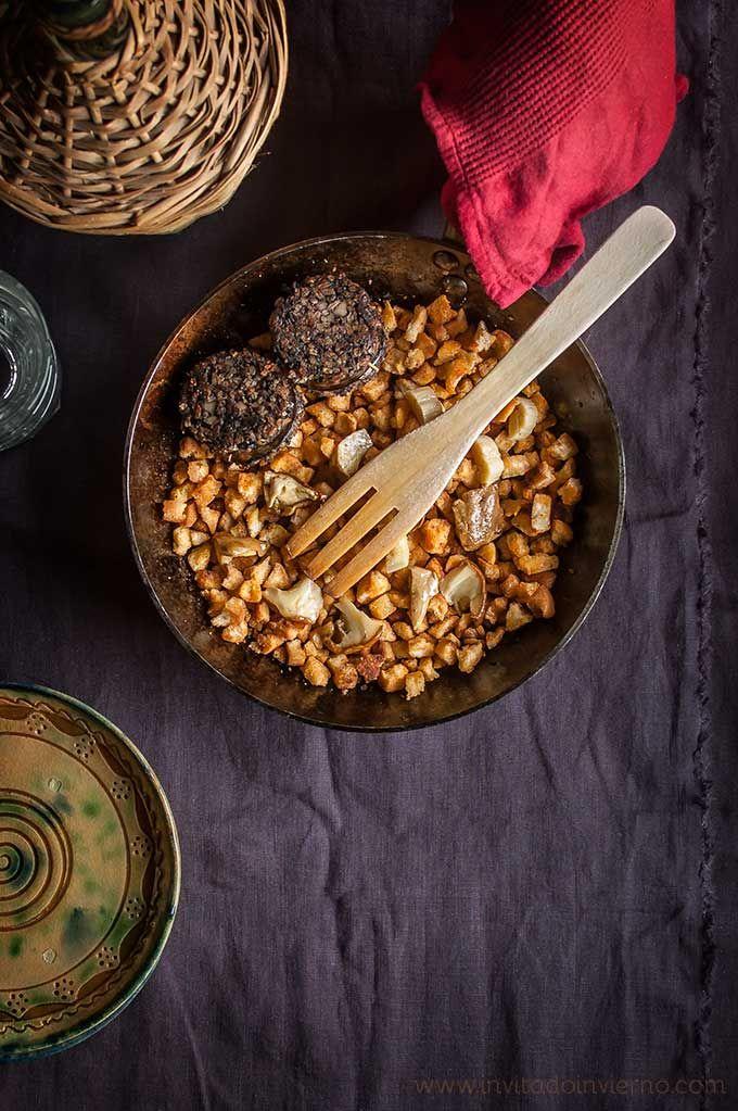 Tradicionales migas de pastor, de pan candeal troceado, con morcilla y boletus