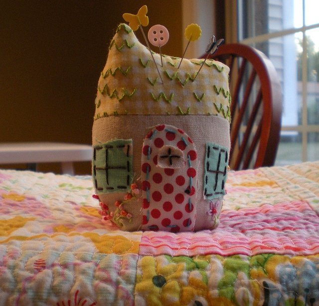 I would love a little house pin cushion like this! Its adorable.