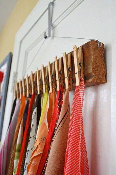 Pega varias pinzas de ropa a una tabla o moldura de madera para hacer este original colgador de paños para la cocina.
