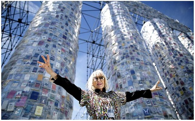 L'artista argentina Marta Minujin davanti al Partenone dei libri  *Partenone di Libri Proibiti* #arte #installazione #Germania  #viaggi QUI>>http://tormenti.altervista.org/partenone-di-libri-proibiti/