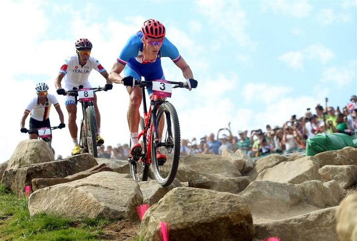 ZRNITOST ŠTĚRKU BYLA VĚTŠÍ, NEŽ SE ČEKALO. Jaroslav Kulhavý v závodě horských kol na olympijských hrách v Londýně ujíždí pronásledovatelům.