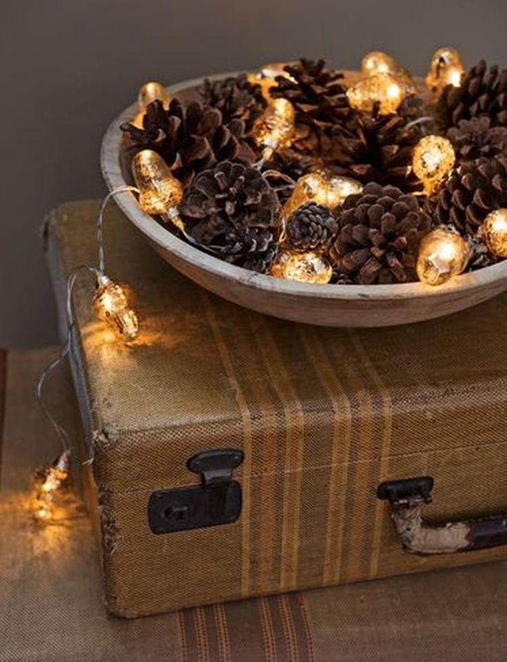 Foto: Een schaal met dennenappels en lichtjes is de perfecte decoratie voor de winter en herfstmaanden! Op Woonblog lees je meer over het gezellig maken van je huis tijdens de herfst. Klik op de bron om meer te lezen!. Geplaatst door Woonblog.eu op Welke.nl