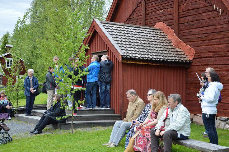 Kaikki Turkansaaren juhannusvieraat eivät mahtuneet kirkkoon hartaushetkeen, joten osa odotteli kirkon ulkopuolella. Oulu (Finland)