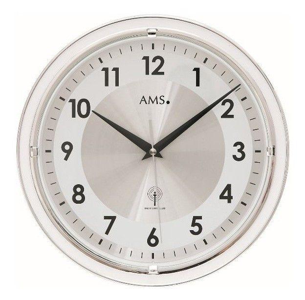 AMS Wandklok rond en zilverkleurig 30 cm in doorsnede 5945. Een wandklok met een zilverkleurige kunststof rand en een mineraalglas. De index en wijzers zijn zwart. De klok is zendergestuurd (radiocontrolled) en geven ook automatisch de zomer- en wintertijd aan. U heeft 2 jaar garantie op het uurwerk