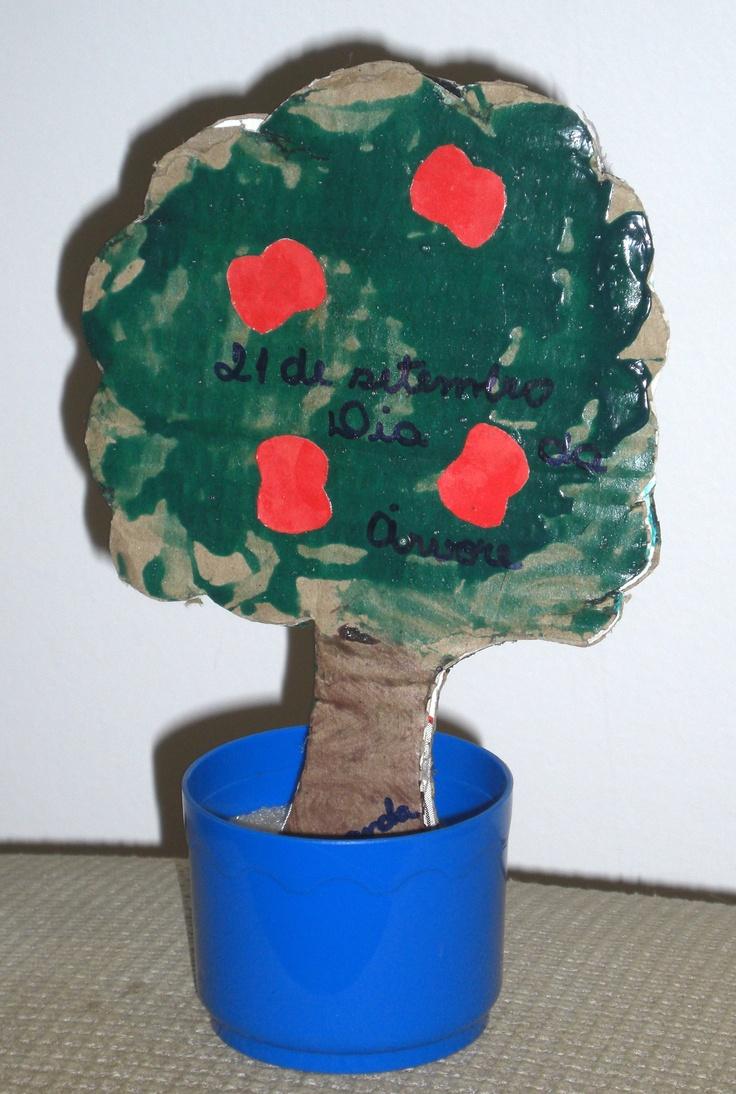 """""""Dia da Arvore""""  Colagem e pintura em papelão  2012  Trabalho na creche"""