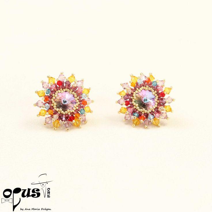 Cercei in forma de floare realizati din Cristale Swarovski Rivoli 14 mm si mici cristale swarovski de culori mixte de 3 si 4 mm. Diamentru de aproximativ 18 mm