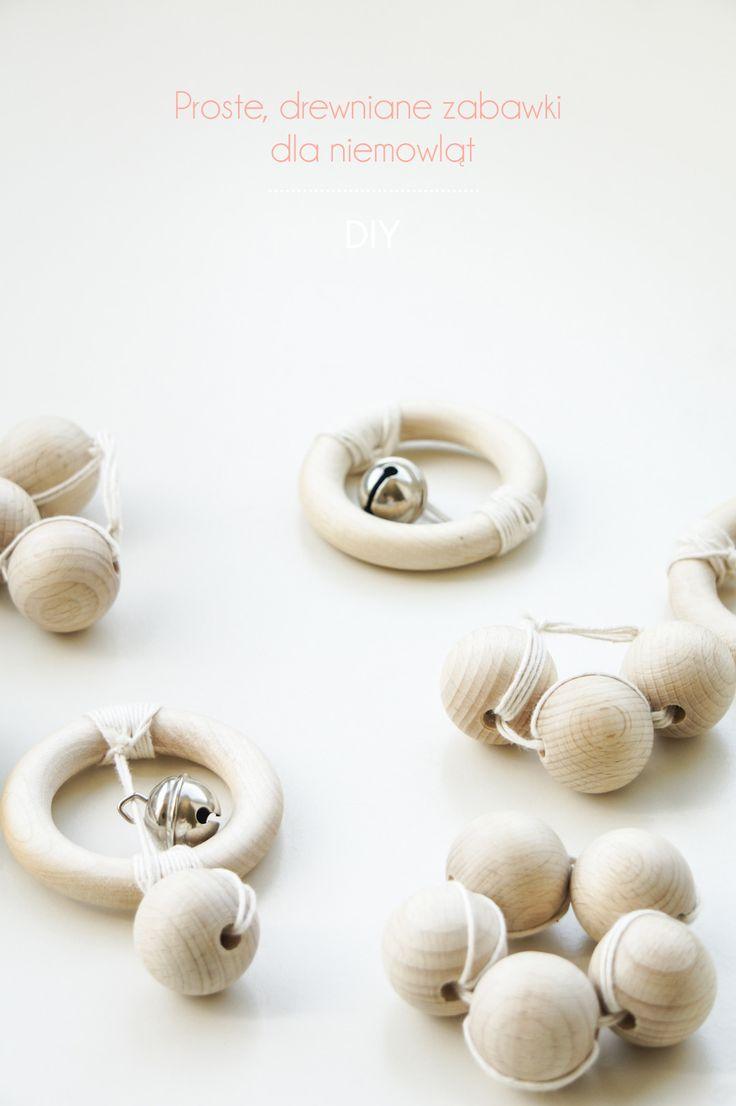 Zobacz wykonać minimalistyczne, drewniane zabawki dla niemowląt. Jesteśmy otoczeni z każdej strony plastikiem, który niestety nie jest dobry dla naszego zdrowia. Powinniśmy chronić przede wszystkim nasze dzieci i pokazać im naturalne i miłe w dotyku drewno. Niech dzieci nie pakują do buzi plastiku. Wykonaj takie proste zabawki chroniąc swoje dziecko i jednocześnie swoją kieszeń :)