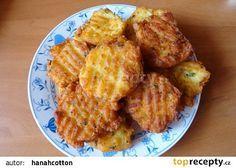 Křupavé bramborové dukátky 3 velké vařené brambory 1 vejce 1 lžička Solamylu sůl muškátový oříšek petrželová nať olej na smažení