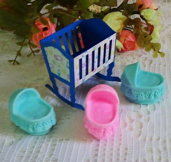 Lembrança para Chá de bebê ou maternidade constituída de uma caixa em original formato de berço de balanço composta por itens sobrepostos.  Pode ser confeccionado em outras cores a critério do cliente, mas sempre com estampas infantis.