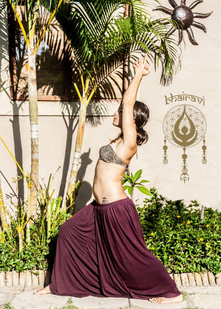 Virabhadrasana I: En esta postura el pecho se expande totalmente, lo que facilita la respiración profunda. Disminuye la rigidez de los hombros y la espalda, tonifica los tobillos y las rodillas, y cura la rigidez del cuello. Reduce, asimismo, la grasa de las caderas.
