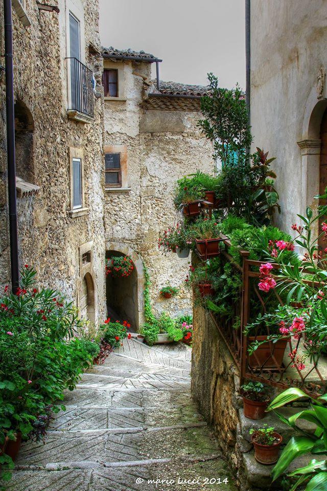 Via della libertà!  Bellissima foto di Mario Lucci #abruzzo #travel #italy #navelli #zafferano #borghipiubelliditalia #borgo #abruzzosegreto