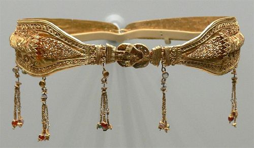 Last, from Alexandria, Egypt comes this noble-woman's diadem with tendrils and a Herakles knot clasp. Date: c. 200 – 100 BC. It was made during the Ptolemaic Dynasty, which was started by Ptolemy Soter, another one of Alexander's generals. He declared himself Pharaoh to appeal to Egyptian natives.The Dynasty ended with the death of Cleopatra and the Roman Conquest in 30 BC .