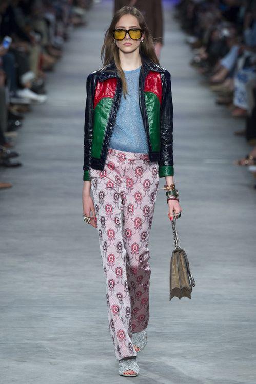 Le défilé masculin/féminin de Gucci homme printemps-été 2016 à Milan, pantalon fleurs, lunettes 70's