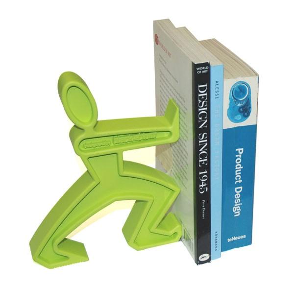 James, podpórka do książek marki Black + Blum, choć nie ma postury wielkiego siłacza, spokojnie poradzi sobie zarówno z jedną, dwiema, a nawet z całą kolekcją książek. Ustawiona na półce, szafce nocnej czy biblioteczce, wykonana z gumy i osadzona na podkładce ze stali nierdzewnej zabezpieczającej produkt przed przesuwaniem się podpórka, wprowadzi humor i kolor do każdego nieformalnego i nowoczesnego wnętrza. Sprawdź na FabrykaForm.pl