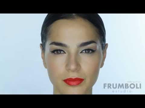 Tutorial de maquillaje de ojos delineados y boca colorada www.bettinafrumboli.com.ar #tutorial #makeup #linner #redlips